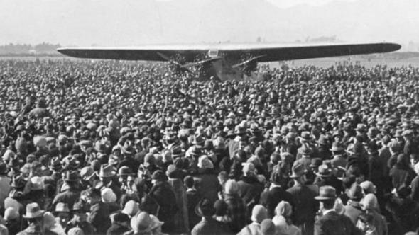 קהל סקרנים נאסף לראות מטוס מקרוב, בתחילת שנות העשרים