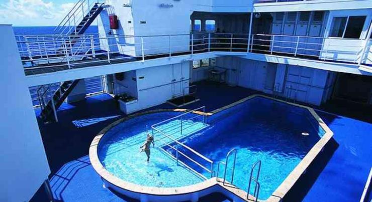 זה לא בדיוק פארק מים כמו באניות הקרוז המפוארות, אבל בכל זאת יש בריכה, צילום: deluxetargets