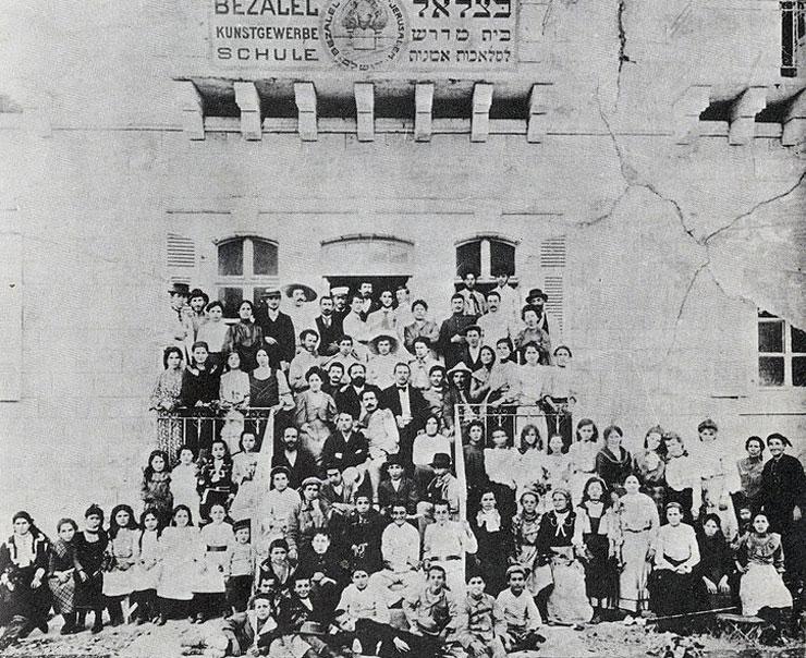 מורי ותלמידי בית הספר בשנת 1907 על רקע חזית הבניין