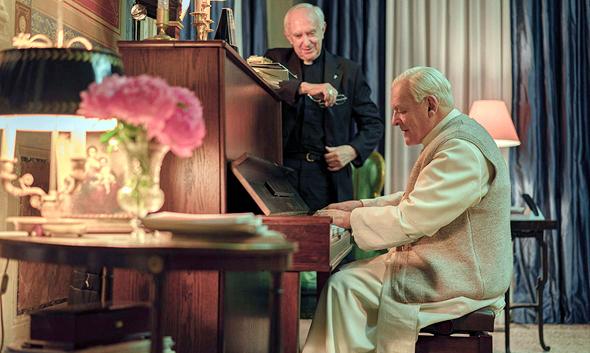 אנתוני הופקינס (יושב) בדמותו של בנדיקטוס ה־16 וג'ונתן פרייס כקרדינל פרנציסקוס