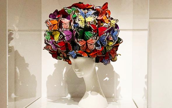 כובע פרפרים בעיצוב פיליפ טרייסי (2004), צילום: Masato Onoda/WWD