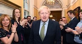 ראש ממשלת בריטניה בוריס ג'ונסון עם שובו ל דאונינג 10, צילום: אי פי איי