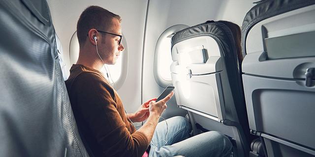 """מה באמת יקרה אם לא תשימו את הנייד על """"מצב טיסה""""?"""