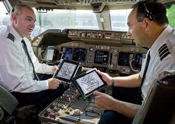 אייפדים בתא טייס , צילום: United Airlines