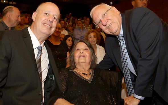 גאולה כהן עם בנה צחי הנגבי והנשיא ראובן ריבלין, צילום: יוסי אלוני, דוברות מרכז מורשת בגין