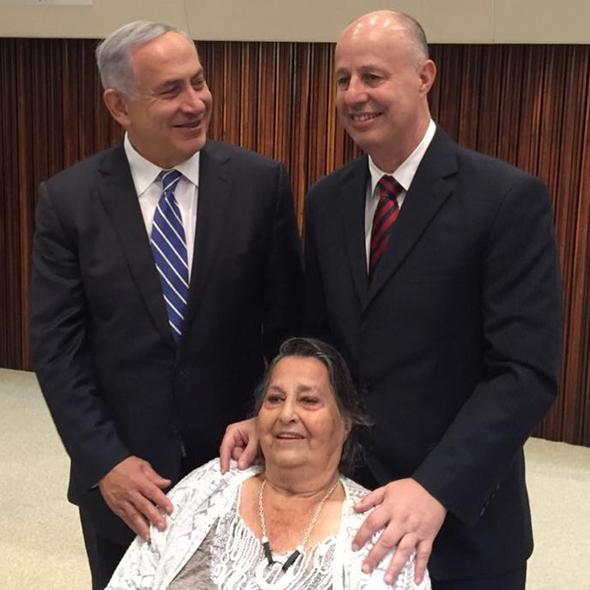 גאולה כהן עם בנה צחי הנגבי וראש הממשלה בנימין נתניהו, צילום: ח״כ מוטי יוגב