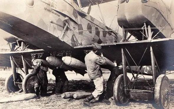 פצצות מותקנות על מתלי נשיאה של מפציץ גותה, צילום: militaryhistory