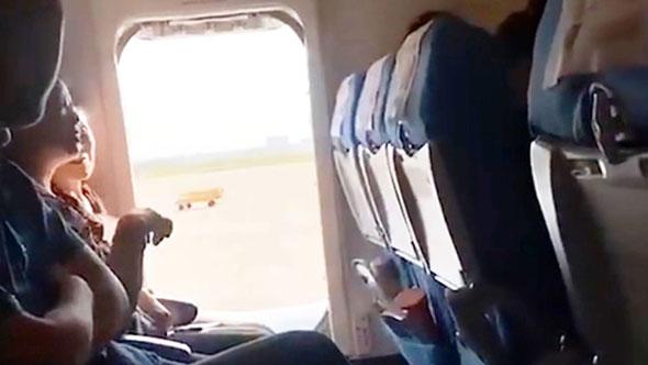 נוסעת פתחה את דלת החירום במטוס Xiamen Airlines, צילום: Asia Wire
