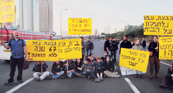 תושבי שכונת גבעת עמל חוסמים את איילון בהפגנות נגד הפינוי, צילום: יריב כץ
