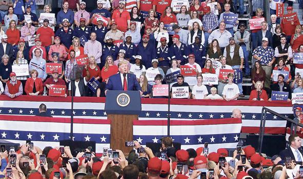 """עצרת תמיכה בנשיא טראמפ. """"לא משנה אם אתם אוהבים אותי או שונאים אותי, אתם חייבים להצביע לי"""", צילום: אי פי איי"""