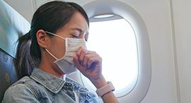 נוסעת במטוס משתעלת לתוך מסכה, צילום: שאטרסטוק