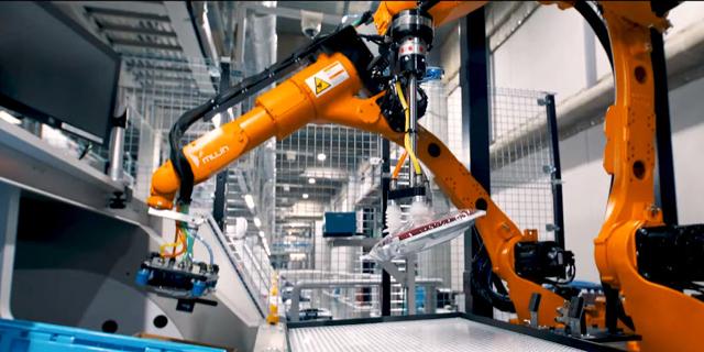 הרובוט של יוניקלו אורז חולצות ומייתר עובדים