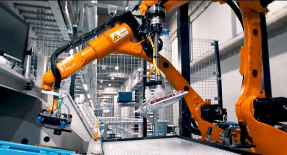 רובוט מחסנים של יוניקלו, צילום: youtube