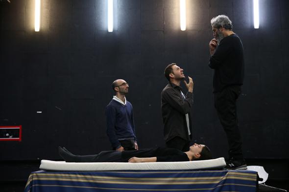 """החזרות ל""""מתאבל ללא קץ"""". החיבור בין פולמן לשחקנים עובד , צילום: אוראל כהן"""