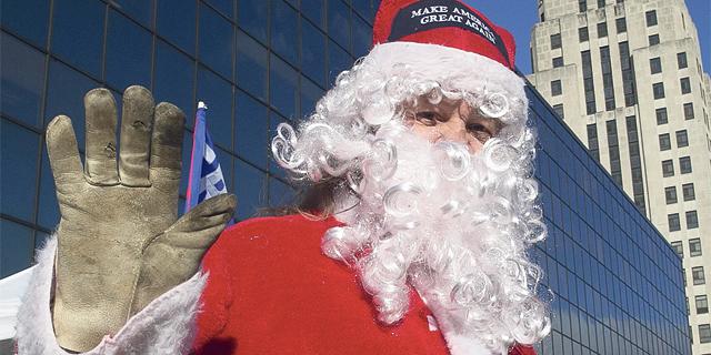 """קריסת הקניונים בארה""""ב כיווצה את השכר של סנטה ב־8%"""