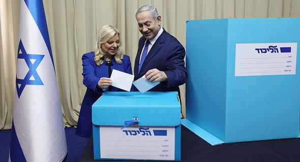 """רה""""מ ורעייתו בזמן ההצבעה"""