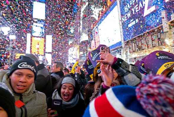 אנשים חוגגים בטיימס סקוור, צילום: איי פי