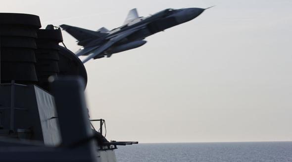 צילום סוחוי 24 מסיפון הספינה קוק. בתמונה הזו, נראה שהמטוס טס נמוך יותר מגשר המשחתת