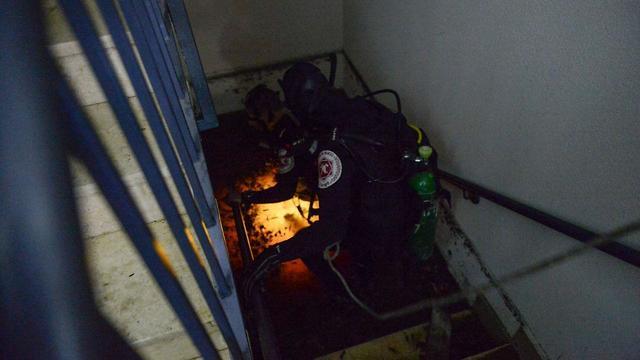 """פעולות חילוץ הלכודים במעלית שהוצפה בת""""א"""