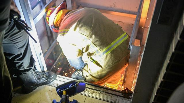 """פעולות חילוץ הלכודים מהמעלית, צילום: יחידת התיעוד המבצעי כב""""ה"""