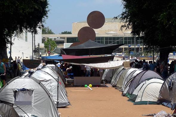 אוהלי מחאה בשדרות רוטשילד בתל אביב, ב־2011. הדיור הפך למשבר לאומי
