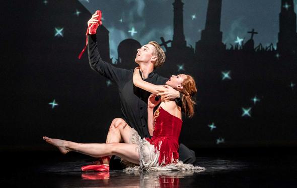 """""""נעליים אדומות"""". הביקורות משבחות, צילום: Tristram Kenton"""