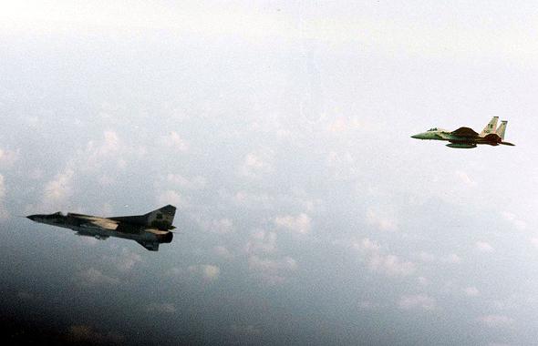 מיג 23 ואחריו F15 (הדמייה)