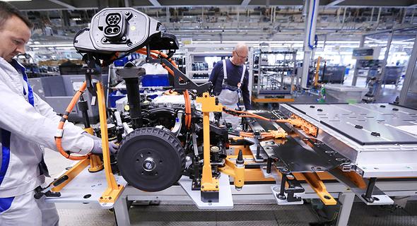 פס ייצור רכב חשמלי של חברת פולקסווגן, צילום: בלומברג