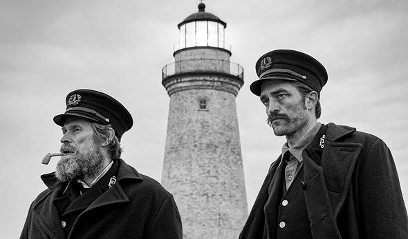 """מימין: רוברט פטינסון ווילם דפו, """"המגדלור"""". אור שיוצר טריפ, צילום: Universal Pictures International"""