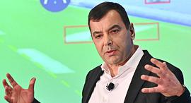 """אמנון שעשוע מנכ""""ל ומייסד מובילאיי במסיבת עיתונאים בתערוכת הטכנולוגיה CES, צילום: Walden Kirsch/Intel Corporation"""