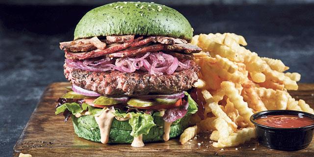 """המבורגר של """"בורגרסטיישן 23"""". הלחמניות אווריריות, צילום: אנטולי מיכאלו"""