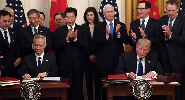 דונלד טראמפ וליו הא חותמים על ההסכם