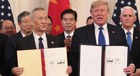 החתימה על השלב הראשון של הסכם הסחר בחודש שעבר, צילום: AFP