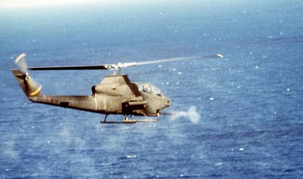 מסוק קוברה יורה בתותח במהלך הפלישה לגרנדה