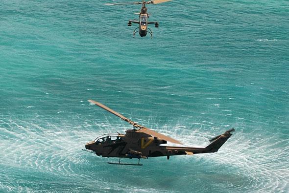 מסוקי קוברה מרחפים מעל למים בתרגיל