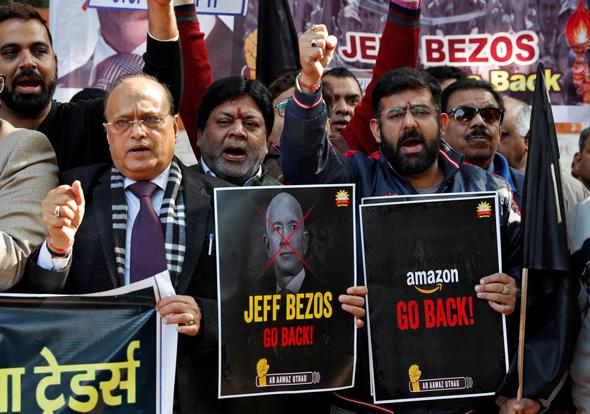 הפגנת מחאה של חברי קונפדרציית בעלי העסקים בהודו נגד ביקורו של בזוס בהודו