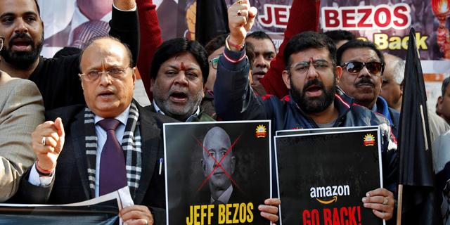 הפגנת מחאה של חברי קונפדרציית בעלי העסקים בהודו נגד ביקורו של בזוס בהודו, צילום: רויטרס