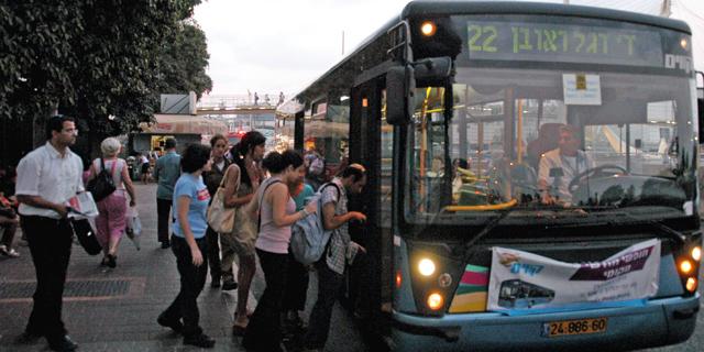 עולים לאוטובוס בימים שלפני הקורונה (ארכיון), צילום: יובל חן