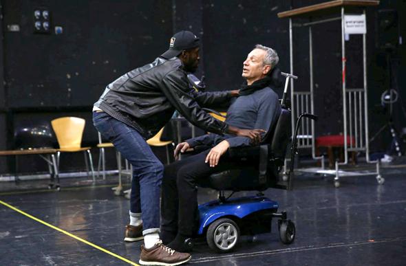 """מימין: שמואל וילוז'ני ושון מונגוזה, """"מחוברים לחיים"""". """"כמו המטפל, גם הקהל ירגיש זרות"""""""