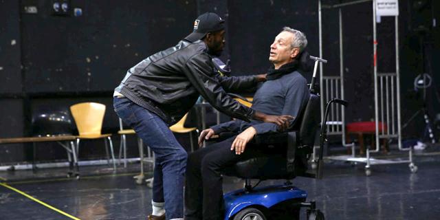 """עולמות מתנגשים: הסרט הצרפתי """"מחוברים לחיים"""" עולה על הבמה בישראל"""
