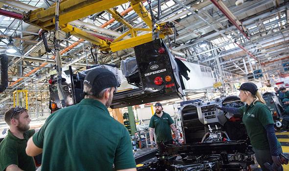 פס ייצור של רכבי השטח לנד רובר , צילום: בלומברג