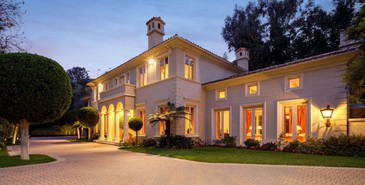 הבית מבחוץ. נרכש תמורת 4.25 מיליון דולר לפני 27 שנה