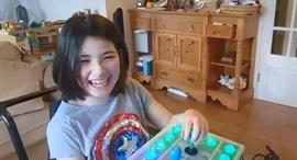אווה משחקת עם הקונסולה שבנה אביה, צילום: רויטרס