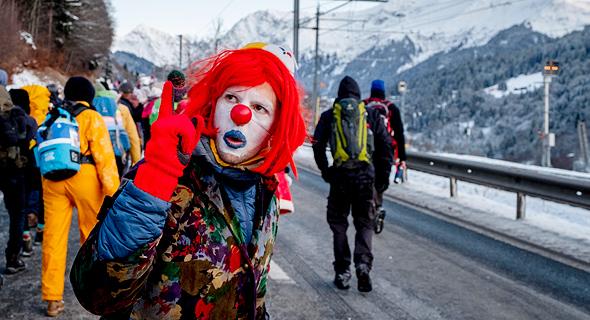 ממאות מפגיני אקלים בצעדת מחאה של שלושה ימים מלנדקורט לדאבוס בשוויץ