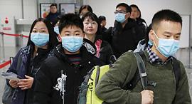 נוסעים מגיעים ליפן מסין עם מסיכות בעקבות התפרצות תסמונת הריאות הויראלית, צילום: רויטרס