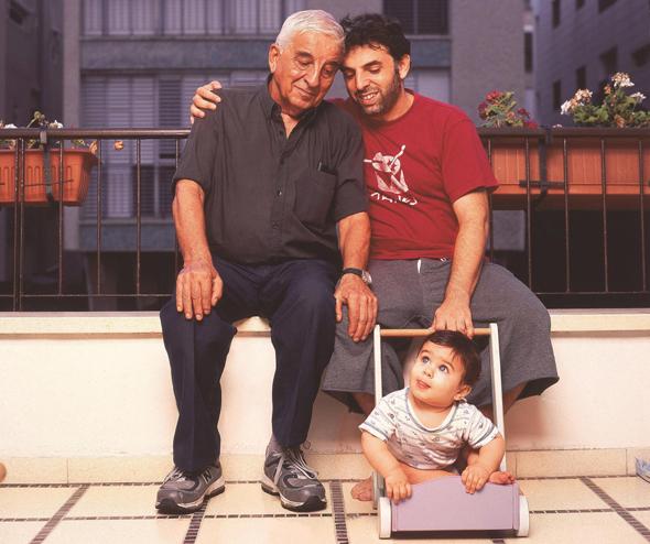 """צילום ארכיון של אתגר קרת עם אביו אפרים ובנו לב. """"כדי להגיע להתייחסות מורכבת לקשר שבין הורים לילדים, אתה צריך להיות אבא"""", צילום: יונתן בלום"""