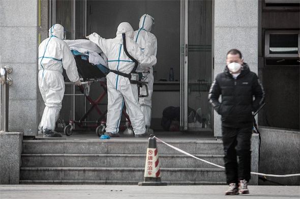 פינוי חולה שנפטר מהווירוס בסין