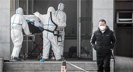 פינוי חולה שנפטר מהווירוס בסין , צילום: איי אף פי