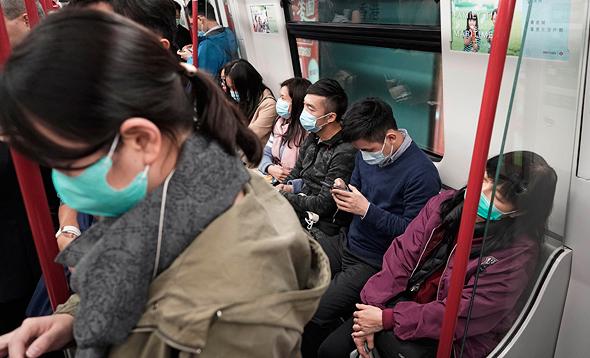 סיניים ברכבת עם מסיכות