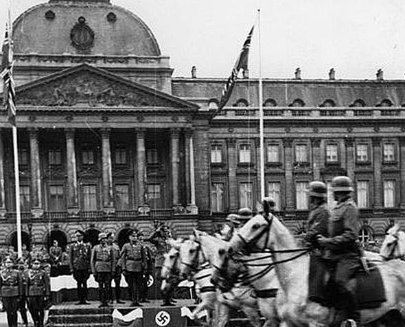 משמר נאצי עובר מול ארמון המלוכה בבריסל הכבושה, צילום: Bundesarchiv